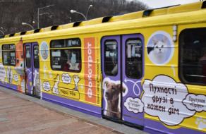 В київському метро курсує вагон з зображенням котиків і собачок з притулків