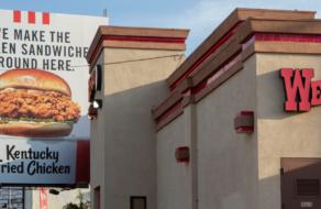 KFC разместил билборды с промо нового сэндвича рядом с конкурентами