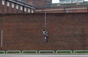 Бэнкси показал видео создания граффити на здании тюрьмы в Британии