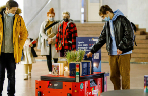 Нова Пошта разом з Postmen випустили робота-бібліотекаря, який  допомагає підібрати книжку