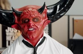 Сатана сеет хаос в телеком-компании в рекламе Mint Mobile