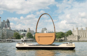 На Темзе заметили гигантскую сумку Burberry