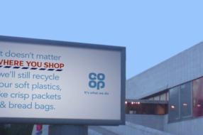 Ритейлер разместил наружную рекламу о переработке пластика рядом с конкурентами