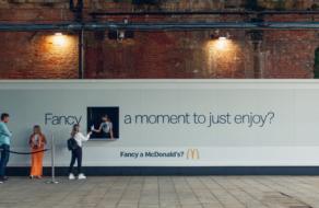 McDonald's раздает МакФлури с билборда