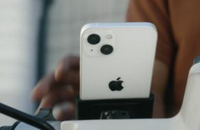 Apple разместила iPhone 13 на мотоцикле в рекламе, не рекомендуя повторять это